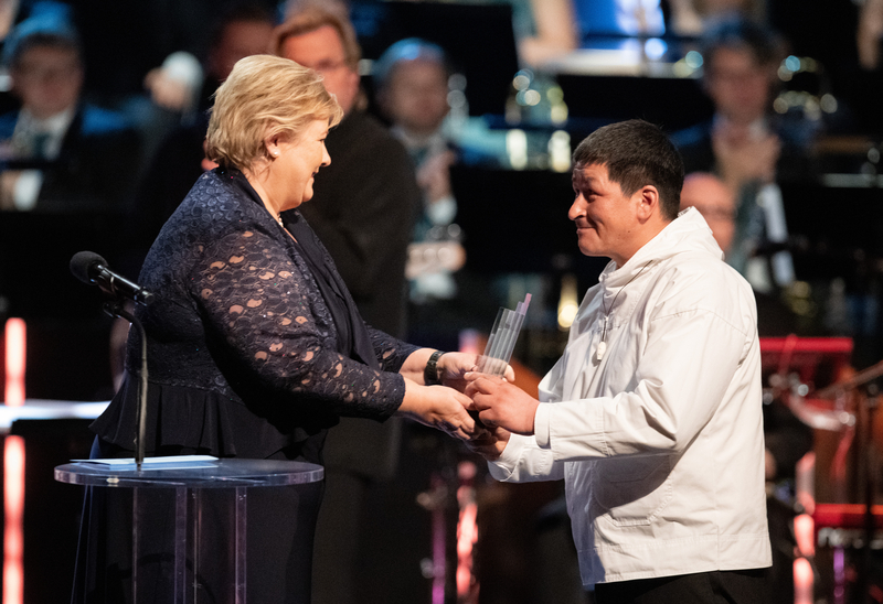 Per Ole Frederiksen on behalf of The Natural Resource Council of Attu on the west coast of Greenland receiving the Nordic Council Environment Prize for 2018 from Norwegian prime minister Erna Solberg.